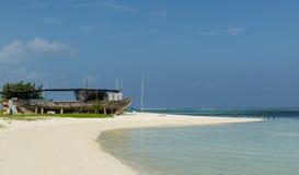 """De MALDIVEN †""""November, 2017: Tropisch strand van Maafushi-Eiland, de Maldiven, Indische Oceaan Vakantiebestemming Stock Afbeelding"""
