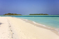 De Maldiven: de mooie kustlijn van zoneiland in Ari-atol Stock Afbeeldingen