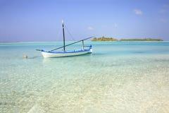 De Maldiven: de mooie kustlijn van zoneiland in Ari-atol Royalty-vrije Stock Foto