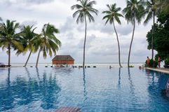 De Maldiven - Januari 27, 2013: Toneellandschap van de pool van het kustwater door tropisch oceaanstrand met kokosnotenpalmen Idy Stock Foto's
