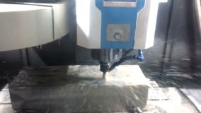 De malenmachine met CNC verwerkt een molen een staaldetail In verwerking van een detail wordt de koelvloeistof gebruikt stock video