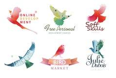 De malplaatjes van het waterverfembleem Kleurrijke vogelssilhouetten in waterverftechniek Stock Foto's