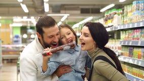 De de mammapapa en dochter kopen worst in de opslag in de supermarkt stock video