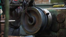 De man bereidt het materiaal voor verwerking voor - reeksen het materiaal op de machine stock footage