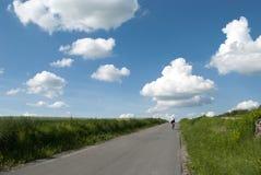 De man berijdt rowerm door de gebieden royalty-vrije stock fotografie