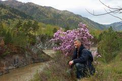 De man bij de rivier Royalty-vrije Stock Foto's