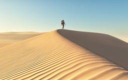 De man bij het woestijnenlandschap Royalty-vrije Stock Afbeelding