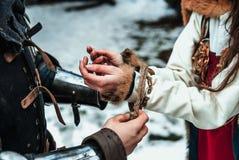 De man bindt vrouwen` s handen samen stock foto