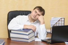 De man in bureau het denken Royalty-vrije Stock Afbeelding