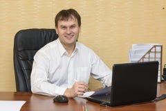 De man in bureau het glimlachen stock afbeeldingen