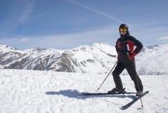 De man in de berg-ski?ende vorm Stock Afbeeldingen