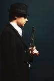 De man in de gangster van stijlchicago stock foto's