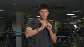 De man in de gymnastiek stock footage