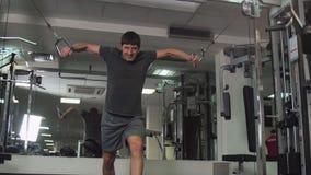 De man in de gymnastiek stock video