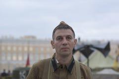 De man in de vorm van een Sovjetmilitair van Wereldoorlog II Stock Foto