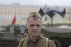 De man in de vorm van een Sovjetmilitair van Wereldoorlog II Royalty-vrije Stock Afbeelding