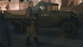 De man in de vorm van een Sovjetmilitair van Wereldoorlog II stock footage