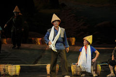 De man die een opera van Jiangxi van de bamboehoed een dragen weeghaak Royalty-vrije Stock Foto