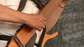 De man die de gitaar speelt stock video