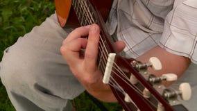 De man die de gitaar speelt stock footage