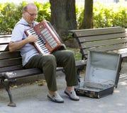 De man die de harmonika in het park, sophia, Bulgarije spelen royalty-vrije stock foto's