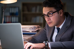 De man die in het bureau voor lange uren blijven Royalty-vrije Stock Foto