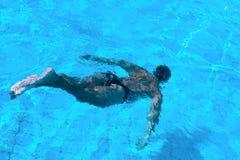 De man die onder het water zwemt stock fotografie