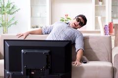 De man die op 3d TV thuis letten Stock Afbeelding