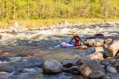 De man die op de stroomversnelling van de bergrivier supsurfing Royalty-vrije Stock Foto