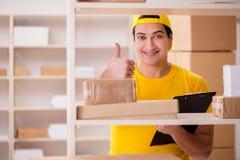 De man die in post de dienstbureau van de pakketlevering werken royalty-vrije stock afbeelding