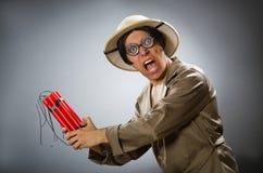 De man die safarihoed in grappig concept dragen Royalty-vrije Stock Afbeelding