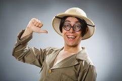 De man die safarihoed in grappig concept dragen Stock Fotografie