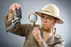 De man die safarihoed in grappig concept dragen Stock Afbeeldingen
