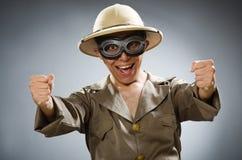 De man die safarihoed in grappig concept dragen Stock Afbeelding