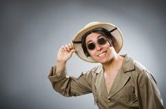 De man die safarihoed in grappig concept dragen Royalty-vrije Stock Foto