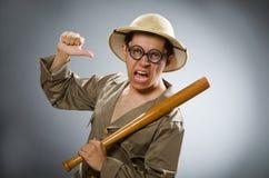 De man die safarihoed in grappig concept dragen Royalty-vrije Stock Fotografie