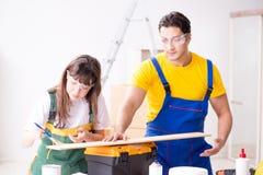 De man die de uiteinden van de vrouwenhoutbewerking in houten workshop verklaren Royalty-vrije Stock Afbeeldingen