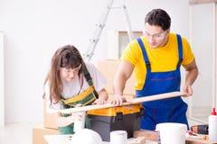 De man die de uiteinden van de vrouwenhoutbewerking in houten workshop verklaren Royalty-vrije Stock Foto