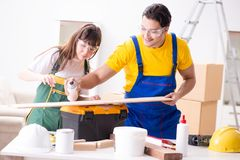 De man die de uiteinden van de vrouwenhoutbewerking in houten workshop verklaren Stock Foto's