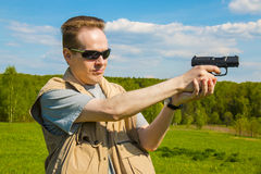 De man die van het sportenkanon schieten Stock Afbeeldingen