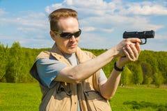 De man die van het sportenkanon schieten Stock Afbeelding