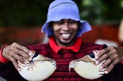De Man die zijn vangst tonen Royalty-vrije Stock Foto's