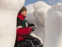 De man doet een beeldhouwwerk van sneeuw Royalty-vrije Stock Fotografie