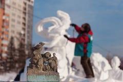 De man doet een beeldhouwwerk van sneeuw Stock Afbeelding