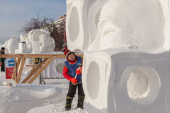 De man doet een beeldhouwwerk van sneeuw Stock Foto's