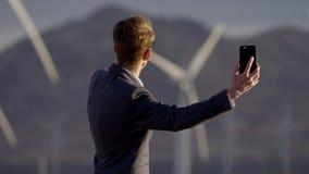 De man door een videovraag toont de tegenstander de windmolens stock footage