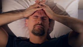 De man door migraine wordt beïnvloed die Portret Close-up 4K stock video