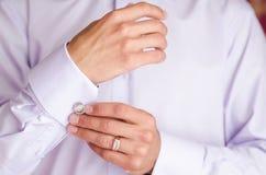 De man draagt cufflinks Royalty-vrije Stock Foto's