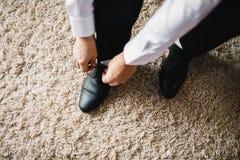 De man draagt schoenen Bind het kant op de schoenen Mensen` s stijl royalty-vrije stock afbeelding