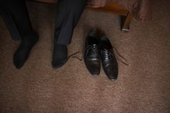 De man draagt schoenen Bind het kant op de schoenen Mensen` s stijl beroepen Om voor het werk, aan de vergadering voorbereidingen stock foto's